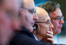 La Unión Europea está considerando poner a prueba las defensas de los bancos contra los ataques cibernéticos, dijeron funcionarios y fuentes de la UE, a medida que crece la vulnerabilidad de la industria a la piratería informática. En la imagen, Andrea Enria (3ºDer), presidente de la Autoridad Bancaria Europea (EBA), en un debate con Comité de Asuntos Económicos y Monetarios del Parlamento Europeo en Bruselas, Bélgica, el 26 de septiembre de 2016.  REUTERS/Yves Herman