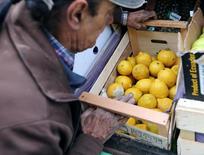 Un trabajador acarrea limones para la venta en Buenos Aires, Argentina. 30 de septiembre 2016. Los papeles de la empresa frutícola argentina San Miguel retrocedían un 8,4 por ciento el lunes en el índice bursátil local, luego de conocerse que el Gobierno de Estados Unidos suspendió un acuerdo entre ambos países para el comercio de limones. REUTERS/Enrique Marcarian - RTSQXHY