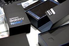 En la imagen, un modelo de sustitución Galaxy Note 7 en la sede de la empresa en Seúl, el 13 de octubre de 2016. Samsung Electronics Co Ltd dijo el lunes que su último modelo estrella de teléfono inteligente de la serie Galaxy S podría retrasarse, comprometiéndose a mejorar la seguridad del producto después de llevar a cabo una investigación sobre las causas de los incendios en sus dispositivos de alta gama Note 7.REUTERS/Kim Hong-Ji