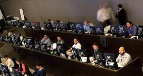 Operadores trabajando en la Bolsa de Valores de Sao Paulo, Brasil, mayo 24, 2016. El principal índice de acciones de Brasil subía el lunes, ampliando el avance del viernes, cuando alcanzó su nivel más alto desde el 31 de octubre, impulsado por los papeles de la minera Vale y de bancos.  REUTERS/Paulo Whitaker