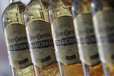 Botellas de tequila José Cuervo en un escaparate en México. 11 de diciembre de 2012. La compañía mexicana José Cuervo, la mayor productora de tequila del mundo, planea fijar el 8 de febrero el precio de sus acciones en una oferta pública inicial por hasta 1,000 millones de dólares, dijeron el lunes dos fuentes familiarizadas con el asunto. REUTERS/Edgard Garrido