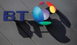 Логотип BT (British Telecom) в Лондоне 9 апреля 2016 года. Британская телекоммуникационная группа BT потеряла пятую часть капитализации во вторник, поскольку бухгалтерский скандал в итальянском подразделении и замедление показателей в Великобритании заставили компанию понизить прогнозы выручки, прибыли и денежного потока на ближайшие два года. REUTERS/Phil Noble