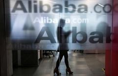 Сотрудница Alibaba в штаб-квартире компании на окраине Ханчжоу 23 апреля 2014 года. Выручка китайского гиганта электронной торговли Alibaba Group Holding Ltd увеличилась на 54 процента в третьем квартале, превысив ожидания аналитиков, благодаря росту продаж в День холостяков и хорошим результатам подразделений облачных и цифровых технологий. REUTERS/Chance Chan/File Photo