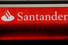 Las bolsas europeas subían en las primeras operaciones del miércoles, apoyadas en los buenos resultados publicados por empresas como el fabricante de periféricos informáticos Logitech o el banco español Santander. En la imagen, el logo de Santander en Londres, Reino Unido, el 14 de febrero de 2012.   REUTERS/Luke MacGregor/File Photo