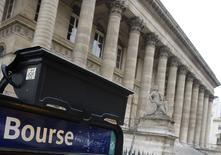 Les Bourses européennes ont ouvert en hausse mercredi, portées comme Wall Street la veille par de bons résultats. À Paris, l'indice CAC 40 progresse de 0,75% à 4.866,15 points vers 08h25 GMT. À Francfort, le Dax prend 0,75% également et, à Londres, le FTSE avance de 0,51%. /Photo d'archives/REUTERS/Regis Duvignau