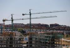 Tras el espejismo de 2015, el consumo de cemento en España retomó el año pasado la tendencia descendente que se inició a raíz de la crisis económica e inmobiliaria de finales de la década pasada, dijo el miércoles Oficemen, que sólo ve una moderada mejora en 2017 si se relanza la construcción de vivienda.  En la imagen, grúas en el norte de Madrid, España, el 18 de julio de 2016. REUTERS/Andrea Comas