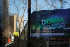 News of the Dow Jones Industrial average passing 20,000 plays on television at a Fidelity Investments office in Cambridge, Massachusetts, U.S., January 25, 2017.   REUTERS/Brian Snyder