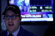 La Bourse de New York a fini mercredi en hausse de 0,76%, l'indice Dow Jones gagnant 151,83 points pour terminer pour la première fois au-dessus de 20.000 points, à 20.064,54. /Photo prise le 25 janvier 2017/REUTERS/Brendan McDermid