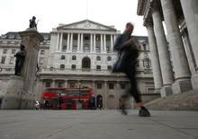 La economía británica mostró un estado sólido en los últimos tres meses de 2016, de nuevo llevando la contraria a las expectativas de que la votación de junio a favor de abandonar la Unión Europea rápidamente afectaría a su ritmo de crecimiento. En la imagen de archivo, la fachada del Banco de Inglaterra en Londres.  REUTERS/Peter Nicholls/File Photo