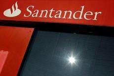 En la imagen, un logo de Santander en una sucursal de Sevilla, España, el 27 de enero de 2016. El Banco Santander Brasil reportó el jueves utilidades mejores a lo esperado en el cuarto trimestre, debido a una fuerte alza de sus ingresos por comisiones y menores provisiones por créditos incobrables. REUTERS/ Marcelo del Pozo/File Photo