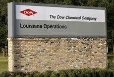 Dow Chemical a annoncé jeudi un bénéfice trimestriel meilleur que prévu grâce à son recentrage sur des marchés tels que l'agriculture et l'automobile et à sa décision de prendre le contrôle total de la coentreprise Dow Corning. /Photo d'archives/REUTERS/Jonathan Bachman