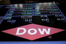 El logo de Dow Chemical en la bolsa de Nueva York, Nueva York.22 de diciembre 2015.El fabricante de semillas y químicos Dow Chemical Co reportó una ganancia ajustada trimestral mejor a la esperada gracias a su enfoque en mercados de consumo, como el agrícola y el automotor, y a una acción para tomar el control total de su emprendimiento Dow Corning. REUTERS/Lucas Jackson/File Photo