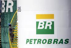 En la imagen, un funcionario pinta un tanque de Petrobras en Brasilia, Brasil. 30 de septiembre 2015. Inversores han ofrecido bonos por un valor de 5.580 millones de dólares en un programa de recompra de deuda por 6.000 millones de dólares de Petrobras, la petrolera brasileña controlada por el Estado.REUTERS/Ueslei Marcelino/File Photo
