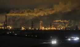 НПЗ  Славнефть-ЯНОС в Ярославле. Цены нанефтьвыросли на торгах в четверг благодаря ослаблению доллара, но дальнейший рост сдержало увеличение запасов в США.  REUTERS/Maxim Shemetov