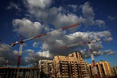 El número de hipotecas sobre viviendas inscritas en España durante el mes de noviembre aumentó un 32,2 por ciento interanual, mostraron el viernes datos del Instituto Nacional de Estadística (INE).  En la imagen unas grúas en una obra de construcción en el norte de  Madrid, el 23 de enero de 2017. REUTERS/Juan Medina