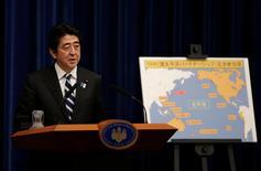 Imagen de archivo, el primer ministro de Japón, Shinzo Abe, habla en una conferencia de prensa en Tokio, Japón. 15 de marzo 2013. Japón se está preparando para todas las contingencias posibles ligadas a las negociaciones comerciales con Estados Unidos, dijo el viernes el portavoz jefe del Gobierno, Yoshihide Suga, después que el presidente estadounidense, Donald Trump, sacó esta semana a su país del Acuerdo Trans-Pacífico de Asociación Económica (TPP). REUTERS/Toru Hanai/File Photo