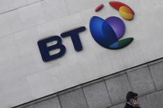 En la imagen, el logo de BT en sus oficinas en Londres el 16 de enero de 2017. El presidente ejecutivo de BT, Gavin Patterson, dijo que un escándalo contable en Italia que sacudió a la operadora británica ahora se encuentra bajo control, mientras buscaba tranquilizar a los inversores molestos con una de las firmas más grandes de Reino Unido. REUTERS/Toby Melville