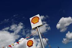 Logos de Shell se ven en una estación de servicio en la provincia occidental de Canakkale, en Turquía.25 de abril 2016. Royal Dutch Shell está cerca de vender una gran parte de sus activos de petróleo y gas del Mar del Norte por 3.000 millones de dólares a una firma respaldada por fondos privados, dijeron varias fuentes bancarias.REUTERS/Murad Sezer/File Photo