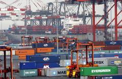 El crecimiento económico en Estados Unidos se desaceleró más a lo previsto en el cuarto trimestre debido a que un desplome en los envíos de soja pesó sobre las exportaciones, pero un gasto del consumidor estable y el aumento de la inversión de las empresas sugiere que la economía seguirá expandiéndose. Imagen de archivo de contenedores en la terminal de Port Newark, en la ciudad de Nueva York, el 2 de julio de 2009. REUTERS/Mike Segar