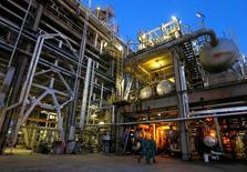 НПЗ венгерской нефтегазовой  компании MOL в Сазхаломбатте. Цены нанефтьснизились на торгах в пятницу, так как рост производства в США перевесил оптимизм инвесторов относительно следования добытчиками глобальному пакту о сокращении добычи. REUTERS/Laszlo Balogh/File Photo