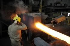 Un trabajador en una siderúrgica en Concepción, Chile, dic 9, 2014. La producción manufacturera en Chile habría caído un 1,0 por ciento interanual en diciembre camino a registrar su tercer año consecutivo en terreno negativo, en medio del bajo dinamismo de las inversiones y un complejo escenario externo, mostró el viernes un sondeo de Reuters.  REUTERS/Jose Luis Saavedra