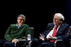 Bill Gates y Warren Buffett expresaron el viernes su optimismo en que Estados Unidos avanzará como nación, incluso mientras resuelve diferencias políticas y se acostumbra al nuevo Gobierno que encabeza el presidente Donald Trump. En la imagen, Buffett y Gates en la Universidad de Columbia, en Nueva York, el 27 de enero de 2017. REUTERS/Shannon Stapleton