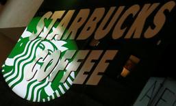 El logo de Starbucks es visto en la tienda en Viena, Austria. 27 de diciembre 2016. Tratando de mitigar una campaña en las redes sociales que llama a los mexicanos a no consumir productos estadounidenses, Starbucks salió a defenderse el viernes diciendo que desde su llegada al país ha invertido millones de dólares y creado más de 7,000 puestos de trabajo.       REUTERS/Leonhard Foeger/File Photo