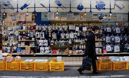 Un hombre camina frente a una tienda de electrónicos en Tokio. 10 de enero de 2017. Las ventas minoristas de Japón crecieron menos que lo esperado en diciembre, mostraron el lunes datos oficiales, una noticia que no es buena en la semana en la que el Banco de Japón se reúne para fijar su política monetaria. REUTERS/Toru Hanai