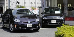Toyota a vendu moins de voitures en 2016 que Volkswagen, cédant au groupe allemand la place de premier constructeur automobile mondial en termes de ventes annuelles pour la première fois depuis 2012. /Photo d'archives/REUTERS/Toru Hanai
