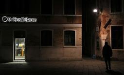 UniCredit a annoncé lundi que ses ratios de solvabilité à fin 2016 ne répondaient pas aux exigences imposées par la BCE. Suivant l'announce, L'action de la plus grande banque italienne perd 4,44% à 26,48 à Milan à 09h00 GMT. /Photo d'archives/REUTERS/Stefano Rellandini