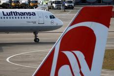 L'autorité de la concurrence allemande a donné son feu vert lundi au projet de Lufthansa de louer pendant six ans 38 avions avec leur équipage à son concurrent Air Berlin, une opération contestée entre autres par Ryanair. /Photo prise le 29 septembre 2016/REUTERS/Axel Schmidt