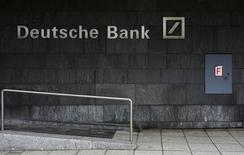 """Deutsche Bank a accepté de verser 425 millions de dollars au régulateur de secteur bancaire de New York en vue de régler des litiges liés aux """"transactions miroirs"""" de clients russes. /Photo d'archives/REUTERS/Kai Pfaffenbach"""