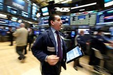 Трейдеры на торгах Нью-Йорской фондовой биржи 24 января 2017 года.  Фондовые индексы США продемонстрировали самое значительное снижение с начала 2017 года в понедельник, поскольку инвесторы сочли ограничения на въезд мигрантов в страну, которые ввёл президент Дональд Трамп, напоминанием, что политика американского лидера может нести угрозу рынкам. REUTERS/Brendan McDermid