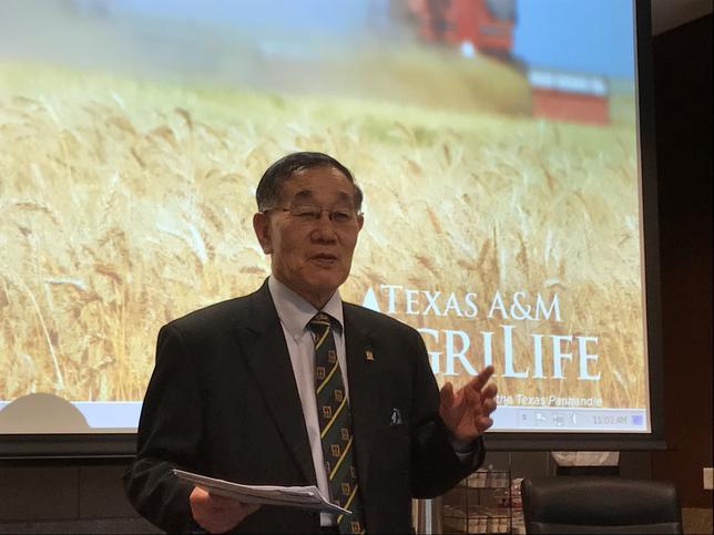 1月30日、北朝鮮唯一の私立大学である平壌科学技術大学(PUST)が、農業経済学や公衆衛生プログラムで知られる米テキサスA&M大学に学術支援を求めた。食用植物の栽培法などの科目について教わるのが目的だという。写真は会合で講演するJames Chin-Kyung Kim総長(2017年 ロイター/Jon Herskovitz)
