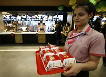 A McDonald's employee holds a tray of Big Mac burgers at their fast food restaurant in central Moscow, Russia January 31, 2017.  REUTERS/Sergei Karpukhin