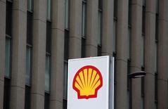 Royal Dutch Shell a annoncé mardi deux cessions d'une valeur totale de 4,7 milliards de dollars, dont la vente d'une partie de ses actifs en mer du Nord à Chrysaor, qui deviendra l'un des trois premiers producteurs pétroliers et gaziers de Grande-Bretagne. /Photo d'archives/REUTERS/Kim Kyung Hoon