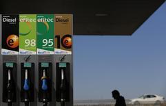 El índice de precios de consumo (IPC) subió en España un 3,0 por ciento interanual en enero, acelerándose por segundo mes consecutivo por el incremento del precio de los carburantes y la energía, según datos preliminares publicados el martes por el Instituto Nacional de Estadística. En la imagen, un surtidor de gasoline en Sevilla, el 3 de marzo de 2016. REUTERS/Marcelo del Pozo