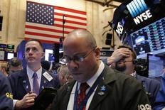 En la foto de archivo, operadores trabajan en la Bolsa de Nueva York poco después de la apertura de una sesión en EEUU. Los inversores globales elevaron en enero la participación de las acciones estadounidenses en sus carteras a un máximo de 18 meses, por expectativas de que el estímulo fiscal que planea el presidente Donald Trump impulse el crecimiento, pero han crecido las dudas sobre si el resultado será suficiente para justificar las recientes alzas en los mercados. REUTERS/Lucas Jackson