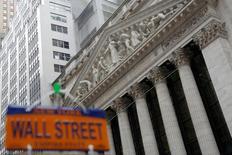 Здание фондовой биржи Нью-Йорка. Акции США начали торги вторника снижением на фоне бегства от риска после выхода разочаровывающих финансовых результатов ряда компаний и в связи с неопределенностью на фоне недавних решений президента США Дональда Трампа.  REUTERS/Andrew Kelly