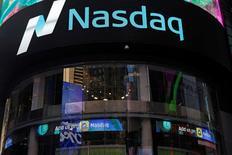 Nasdaq a publié mardi une perte au quatrième et annoncé la fermeture de NLX, sa plate-forme de dérivés de taux, basée à Londres. L'opérateur boursier américain a lancé NLX en 2013 pour concurrencer la plate-forme d'Intercontinental Exchange ICE sur les taux courts et celle de Deutsche Börse Eurex sur les taux longs. Mais NLX n'a pas réussi à s'imposer et Nasdaq, qui y a investi 68 millions de livres (79,30 millions d'euros) a annoncé qu'il la fermerait le 28 avril. /Photo d'archives/REUTERS/Shannon Stapleton