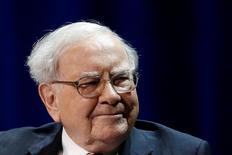 Warren Buffett a déclaré que sa holding, Berkshire Hathaway, avait acheté pour 12 milliards de dollars (11,1 milliards d'euros) d'actions depuis l'élection de Donald Trump à la présidence des Etats-Unis le 8 novembre. /Photo prise le 27 janvier 2017/REUTERS/Shannon Stapleton