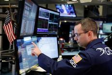 La Bourse de New York a fini en baisse mardi, pénalisée par une série de résultats décevants et par les inquiétudes sur la politique de l'administration Trump, notamment dans le domaine du commerce international. L'indice Dow Jones a cédé 106,01 points, soit 0,53%, à 19.865,12. /Photo prise le 31 janvier 2017/REUTERS/Lucas Jackson