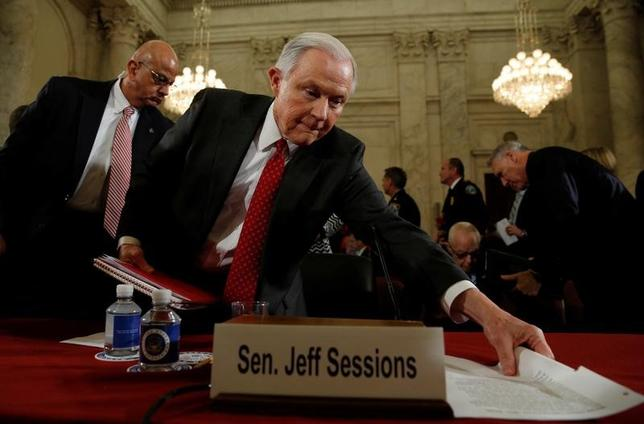 1月31日、米民主党は、上院の委員会で予定されていた閣僚人事の指名承認採決をボイコットするなどして遅らせた。写真は司法長官候補のジェフ・セッションズ上院議員。10日撮影(2017年 ロイター/Kevin Lamarque)