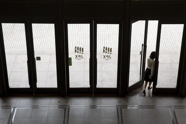 2月1日、前場の東京株式市場で、日経平均株価は前営業日比0円60銭安の1万9040円74銭と、横ばいで午前の取引を終了した。写真は都内で2015年6月撮影(2017年 ロイター/Thomas Peter)