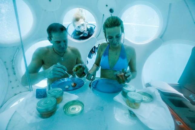 1月31日、ベルギーの首都ブリュッセルにあるスキューバダイバーの訓練用に特別に作られた深いプールの水中に、夕食を楽しめる球形のレストランが出現した。30日撮影(2017年 ロイター/Yves Herman)