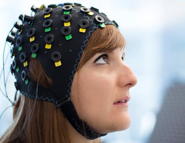 1月31日、脳や身体の損傷などのため意識がありながら全身がまひする「閉じ込め症候群」のうち、眼球を動かすこともできない完全な閉じ込め症候群(TLS)の患者の脳の血流変化や酸素レベルを読み取って、思考を解読するコンピューターのインタフェースを科学者チームが開発した。提供写真(2017年 ロイター/ Laurent Bouvier/Wyss Centre)