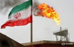 Флаг Ирана на нефтяной платформе на месторождении Soroush в Персидском заливе 25 июля 2005 года. Четыре крупнейших покупателя сырья у Тегерана – Китай, Индия, Южная Корея и Япония – импортировали в декабре 1,89 миллиона баррелей иранской нефти в сутки, что на 90 процентов превысило соответствующий показатель прошлого года, показали данные судовой статистики. REUTERS/Raheb Homavandi/File Photo