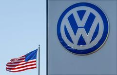 Volkswagen AG ha llegado a un acuerdo para pagar al menos 1.260 millones de dólares (unos 1.170 millones de euros) para arreglar o recomprar unos 80.000 vehículos con motores diésel contaminantes de 3 litros y podría verse obligado a pagar hasta 4.040 millones de dólares  si los reguladores no aprueban reparaciones para todos los vehículos, según documentos presentados ante el juzgado a última hora del martes. En esta imagen de archivo, una bandera estadounidense junto a un concesionario Volkswagen en San Diego, California, 23 de septiembre de 2015. REUTERS/Mike Blake/File Photo