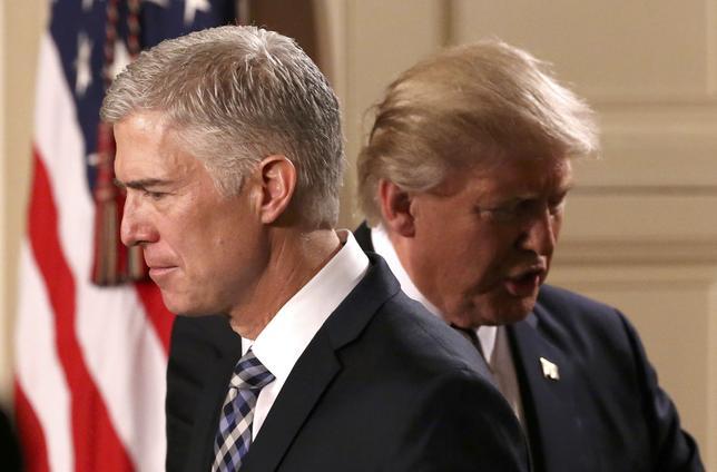 1月31日、トランプ米大統領は、昨年2月から空席となっていた米連邦最高裁判事に、コロラド州の第10巡回控訴裁判事、ニール・ゴーサッチ氏(写真左)を指名した。ホワイトハウスで撮影(2017年 ロイター/Carlos Barria)