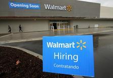 En la foto de archivo, un cartel anuncia que se están contratando empleados en un nuevo centro comercial Walmart en Compton, California, EEUU, January 10, 2017. Los empleadores privados de Estados Unidos sumaron 246.000 empleos en enero, más de lo previsto por los economistas, mostró el miércoles un informe de un procesador de nóminas. REUTERS/Mike Blake